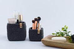 Hækleopskrifter → Se vores mere end 400 gratis hækleopskrifter Diy Projects To Try, Crafts To Do, Yarn Crafts, Diy Crafts, Diy Crochet And Knitting, Crochet Home, Sweet Home Design, Crochet Storage, Leather Projects