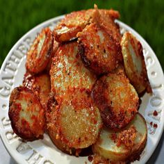 These Crispy Roasted Parmesan Potatoes are epic! Make them for your Sunday Roast or pass them around at a gathering. It goes without saying that these are all about that crispy, golden parmesan crust…. THESE CRISPY Crispy Parmesan Potatoes, Oven Roasted Potatoes, Sliced Potatoes, Yukon Gold Potatoes, Baby Potatoes, Susan Recipe, Glass Baking Dish, Potato Recipes, Vegetable Recipes