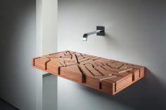 Badezimmer Ideen – Fliesen, Leuchten, Dekoration Becken mmontiert an der Wand im Badezimmer, Wasserhahn montiert an der Wand, freistehendes Waschbecken ohne Wasserrohr mit Waschtrog aus Holz