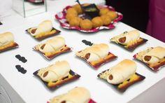 Enroladinhos de salsicha com batata palha, uma alternativa bem legal para o cachorro quente tradicional. Os molhos são servidos ao lado (Divulgação/Funny Art)