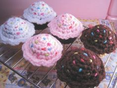 crochet CUPCAKES with sprinkles.  These are sooo cute!!