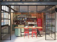 Cocina industrial, perfecta.Observen la armonía de colores y el equilibrio de la materialidad pura industrial, con los muebles de estilo . Y el color !!Divino!