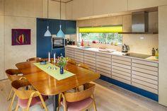 Arkitekten fikk to dager på å bestemme seg for om han ville kjøpe tomten. Ett år senere sto hytta ferdig. - Aftenposten Table, Furniture, Home Decor, Interior Design, Home Interior Design, Desk, Tabletop, Arredamento, Desks