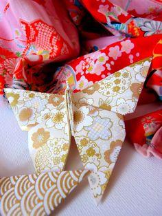 Papillon doré faisant partie d'un lot de papillons rouges et or en papier washi par Estampapier. Vendu 10€