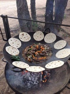 35 Ideas For Backyard Fire Pit Cooking Outdoor Kitchens Outdoor Oven, Outdoor Fire, Outdoor Cooking, Outdoor Living, Outdoor Kitchens, Rustic Outdoor, Dutch Oven Cooking, Fire Cooking, Cast Iron Cooking