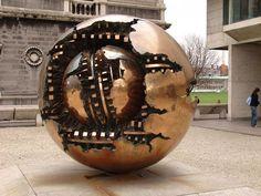Una de las esferas concéntricas, obra del escultor Arnaldo Pomodoro, ubicadas en el Vaticano.