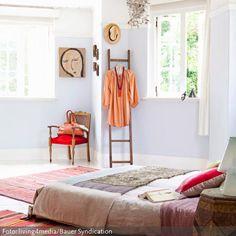 An konventionellen Möbeln wurde in diesem Schlafzimmer gespart. Statt einem Bettgestell liegt die Matratze auf Holzpaletten, eine Leiter wurde zum Kleiderständer…