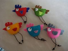 These felt birds would make cute fridge magnets or pins ! Felt Crafts, Easter Crafts, Fabric Crafts, Sewing Crafts, Sewing Projects, Crafts For Kids, Craft Projects, Felt Christmas, Christmas Crafts