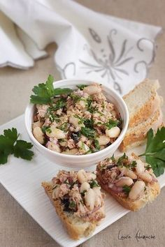 Reteta rapida de salata de fasole boabe cu ton. Mod de preparare salata de fasole cu ton, ceapa rosie si masline. Salata italiana cu ton si fasole boabe.