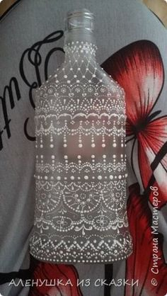 Bottle decorated white on clear glass Lace Painting, Bottle Painting, Dot Painting, Painted Glass Bottles, Bottles And Jars, Wine Bottles Decor, Wine Bottle Art, Wine Bottle Crafts, Glass Painting Designs