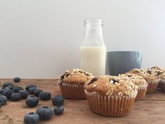 Hva med å lage grove blåbærmuffins i dag? Disse er både mettende, enkle å lage og utrolig gode. Ønsker du å gjøre disse enda sunnere kan sukkeret ersattes med en moden banan som naturlig søtning. Mini Cupcakes, Glass Of Milk, Deserts, Baking, Muffins, Food, Muffin, Bakken, Essen