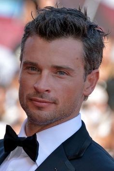 Tom Welling.  My oh my do I like the silver strands starting to show, too. *sigh* Come back to KS Tom ;)