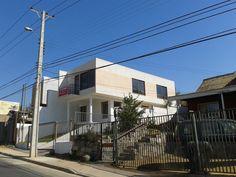 Vista exterior de vivienda unifamiliar de 2 pisos, arquitectura y diseño completo mail: consultores@arqydis.cl