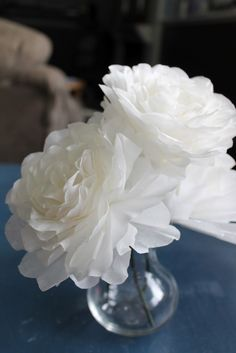 These coffee filter flowers are so pretty and SO easy (and cheap! I found the idea on a darling site called Brown Paper Pac. Tissue Paper Flowers, Felt Flowers, Diy Flowers, Fabric Flowers, Newspaper Flowers, Burlap Flowers, Coffee Filter Roses, Coffee Filter Crafts, Coffee Filters