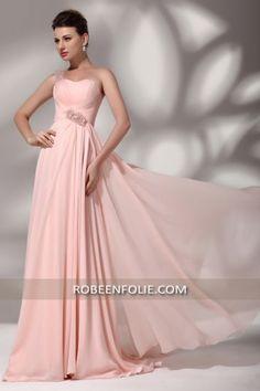Bijoux avec une robe rose pale