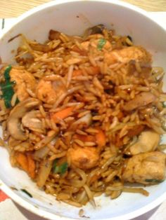 Slimming World recipes: Chicken fried rice 2 SYN Slimming World Dinners, Slimming World Diet, Slimming World Recipes, Slimming Wirld, Healthy Eating Recipes, Healthy Dishes, Cooking Recipes, Drink Recipes, Healthy Meals