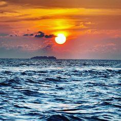 Revendo minhas fotos de Março deste ano, me deparo com esse por do sol mais lindo desse mundo, nas Ilhas Maldivas! 💙☀Que Saudade! #fotodaminhacamera #maldivas #pordosol