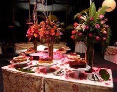 Decoración con flores y diversos ponqués en evento de fifteen (15)