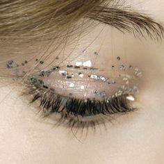 minimal glitter eye