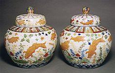 Paire de jarres à décor aquatique Chine, Jiangxi, Jingdezhen Dynastie Ming, période Jiajing (1522-1566) Porcelaine Wucai (+) H. : 48 cm ; D. : 39 cm G 4117 (+) Marque Jiajing calligraphiée sous la base, Six caractères en bleu de cobalt sous couverte : Da Ming Jiajing nian zhi