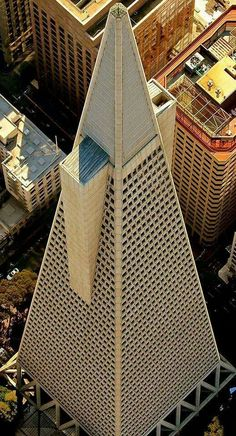 Transamerica Pyramid, designed in the late 1960s by architect William Pereira, completed in 1972. Tallest building in San Francisco (2016).