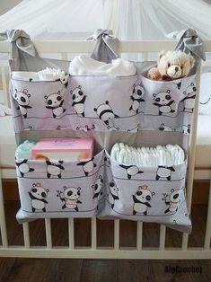 Panda – breite Tasche für Wickeltisch / Kinderbett – Bébés et soins de bébé - Babyzimmer Junge Baby Room Diy, Baby Bedroom, Baby Room Decor, Diy Bebe, Baby Sewing Projects, Baby Crafts, Crib Bedding, Baby Patterns, Baby Quilts