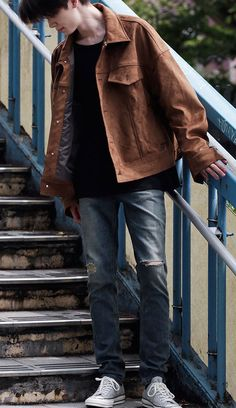 """은은한 색감이 포인트가 되는 """"모디파이드"""" 미드나잇 슬림핏 데님. 모델 - 178cm, 60kg, M size 착용"""