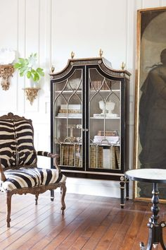 Ebanista zebra chair and ebony vitrine Great Rooms, Home And Living, Painted Furniture, Furniture Decor, Furniture Design, Beautiful Homes, House Beautiful, Simply Beautiful, Living Spaces