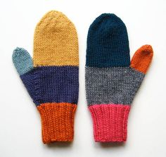La main mitaines frais hors les aiguilles et prêts à garder les doigts bien au chaud. En utilisant 100 % de laine et un mélange acrylique / laine