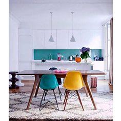 ¿Cansado de ver proyectos planos y fríos  con sillas icono de la decoración? Hoy en el blog te mostramos cómo conseguir lo contrario! (Via French by design)