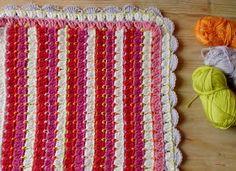 Beschrijving van het dekentje. Het lijkt op de granny-stripe maar dan met een klein steekje ertussen. Je start met een ketting. Het aa...