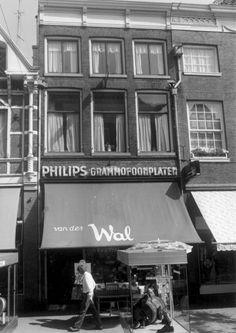 Grammofoonplatenwinkel van Van der Wal in de Diezerstraat.