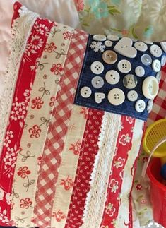 Patriotic pillow fabric strips buttons - I would use star-shaped buttons. Americana Crafts, Patriotic Crafts, July Crafts, Sewing Pillows, Pillow Fabric, Cushion Fabric, Quilted Pillow, Quilting Projects, Sewing Projects