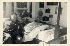 Bild vom Bett: Die Malerin Frida Kahlo mit ihrem Ehemann Diego Rivera,...