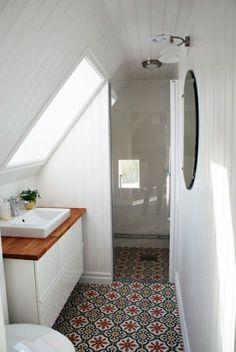 Magnifique petite salle de bain aménagée sous les toits