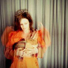 """Suzi veste casaco Heroína - Alexandre Linhares, de """"introdução - semeando""""  http://heroina-alexandrelinhares.blogspot.com.br/2014/02/casaco-de-introducao-semeando-heroina.html"""