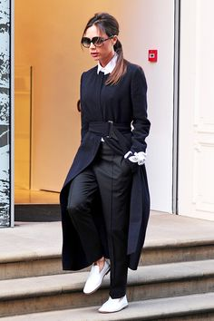 5 Casual Victoria Beckham Outfits That Actually Work in Real Life - 5 Casual Victoria Beckham Outfits That Actually Work in Real Life via Who What Wear - Victoria Beckham Outfits, Victoria Beckham Style, Mode Outfits, Fashion Outfits, Womens Fashion, Fall Outfits, Who What Wear, Classy Outfits, Stylish Outfits