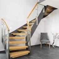 Halb gewendelte HPL-Treppe mit Glasgeländer, Handlauf und Stufen in der Holzart Eiche Pure (farblos) geölt mit TBV Echtholz-Öl