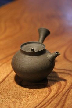 Japanese tea pot 煎茶器 This looks similar to the one I ordered. Cute Kyusu
