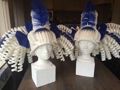 Witte foam pruiken met hoedje. White foam wigs with little hat.