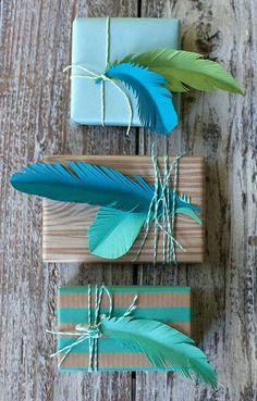 Les plumes bleus - idée créative pour l'emballage cadeau original et beau