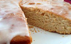 Ein saftiger Zitronenkuchen kann schnell und vegan zubereitet werden. Der Saft und Abrieb von frischen Bio-Zitronen gibt dem Kuchen ein wunderbares Aroma.