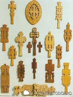Cruci de lemn, pecetare - Scoala normala din Deva Wooden Crosses, Crucifix, Ikon, Home Deco, Carving, Rugs, Design, Decor, Wood Sculpture