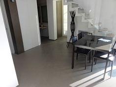 Ecco il classico esempio di un pavimento in resina monolitico, realizzato in provincia di Arezzo: una superficie continua per un soggiorno invidiabile!