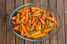 Glasierte Möhrchen schmecken am besten, wenn ihr ganz junge und zarte Karotten verwendet. Auf meinen Fotos sind etwas größere zu sehen. Ihr braucht: 600 g junge Möhren 2 EL Butter 1 EL Puderzucker …