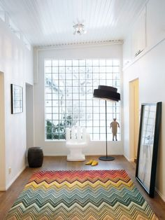 not a big chevron person, but oh my, that rug is awesome!