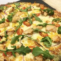 Sunnere pizza med kylling og kremet pestosaus — Hege Hushovd Pasta, Hawaiian Pizza, Mozzarella, Vegetable Pizza, Nom Nom, Food And Drink, Vegetables, Drinks, Breakfast