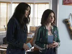 Lucy Hale and Shay Mitchell in Pretty Little Liars Pretty Little Liars 7, Pretty Little Liars Episodes, Pretty Little Liars Fashion, Hanna Marin, Shay Mitchell, Lucy Hale, Ashley Benson, Misery Loves Company, Emily Fields