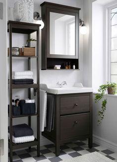 Pieni perinteisen tyylinen kylpyhuone, jossa ruskeat HEMNES-allaskaluste, hylly ja peilikaappi.