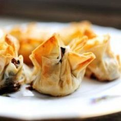 The Pioneer Woman- Phyllo Mushroom Bundles. Don't think I have the patience for the phyllo, might try cheating and using wonton wrappers instead? Appetizer Dips, Appetizer Recipes, Snack Recipes, Cooking Recipes, Snacks, Phyllo Appetizers, Yummy Appetizers, Phyllo Recipes, Phyllo Dough